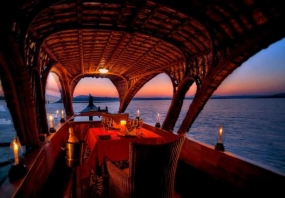 1600757413_809318-romantic-dinner_kerala_houseboat.jpg