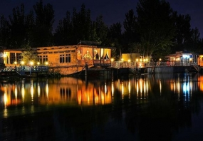 1604916616_406404-Night-at-Srinagar-houseboat-1.jpg